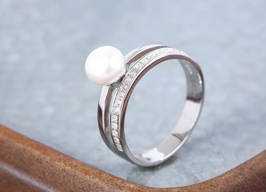 Hãy làm đẹp cho đôi tay bạn với mẫu nhẫn này.