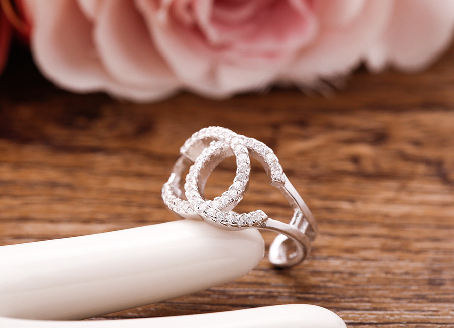 Chiếc nhẫn thời trang mà cô gái nào cũng muốn có.