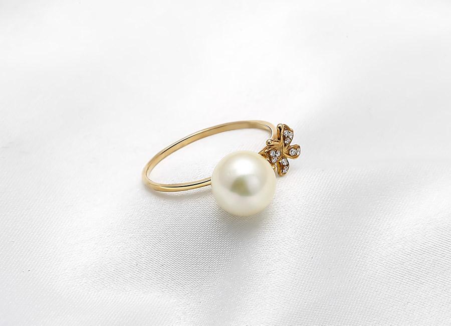 Một vẻ đẹp hoàn hảo đến từ sự kết hợp ăn ý giữa vàng 18k, ngọc trai và kim cương.
