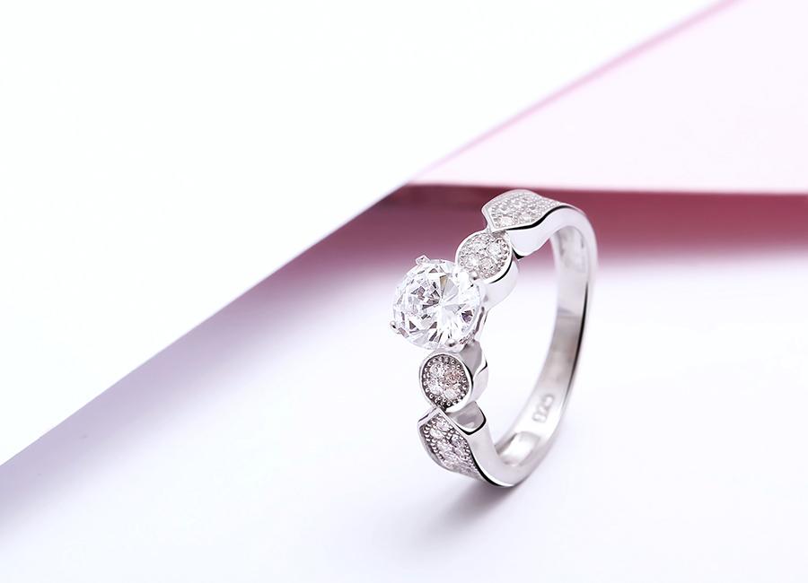 Vẻ đẹp tinh tế của chiếc nhẫn bạc.