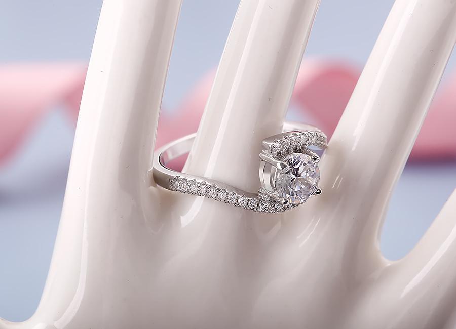 Mẫu nhẫn rất hợp với phong cách bạn gái nữ tính.