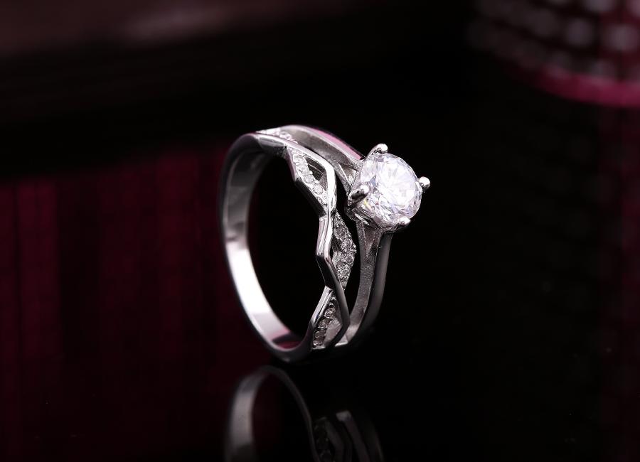 Ưu điểm của trang sức bạc là sở hữu sắc trắng tinh khôi, hoàn hảo.