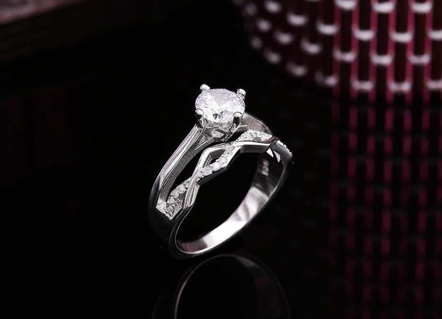 Bất cứ cô gái nào cũng muốn sở hữu chiếc nhẫn tinh tế này.