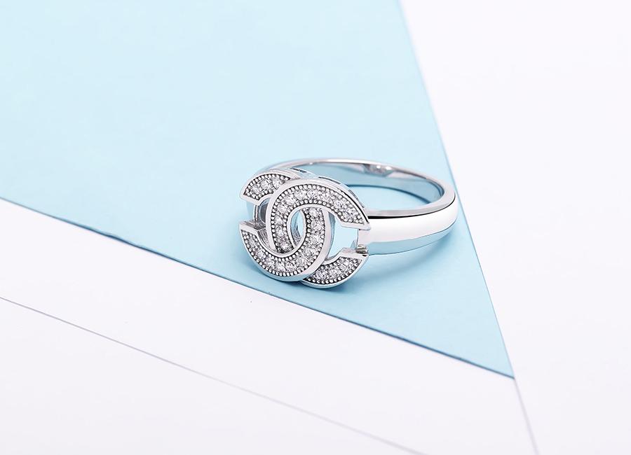 Cận cảnh mặt nhẫn mang biểu tượng logo Chanel.