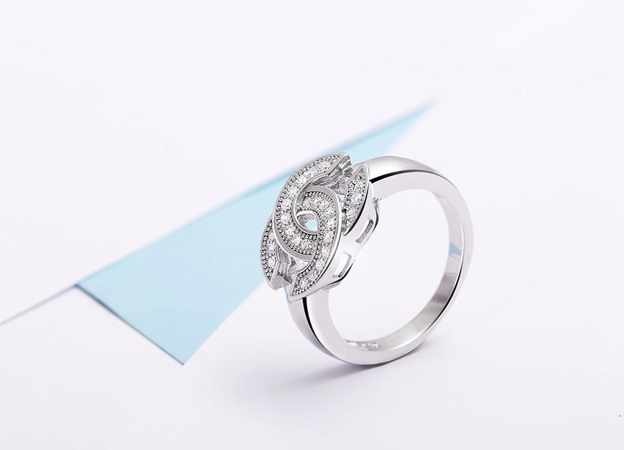 Chiếc nhẫn xinh xắn hút hồn mọi cô gái trẻ.
