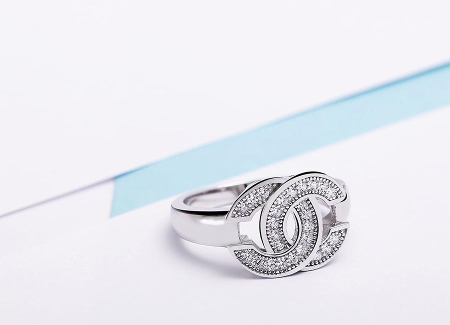 Mặt nhẫn được nạm đá tinh tế.