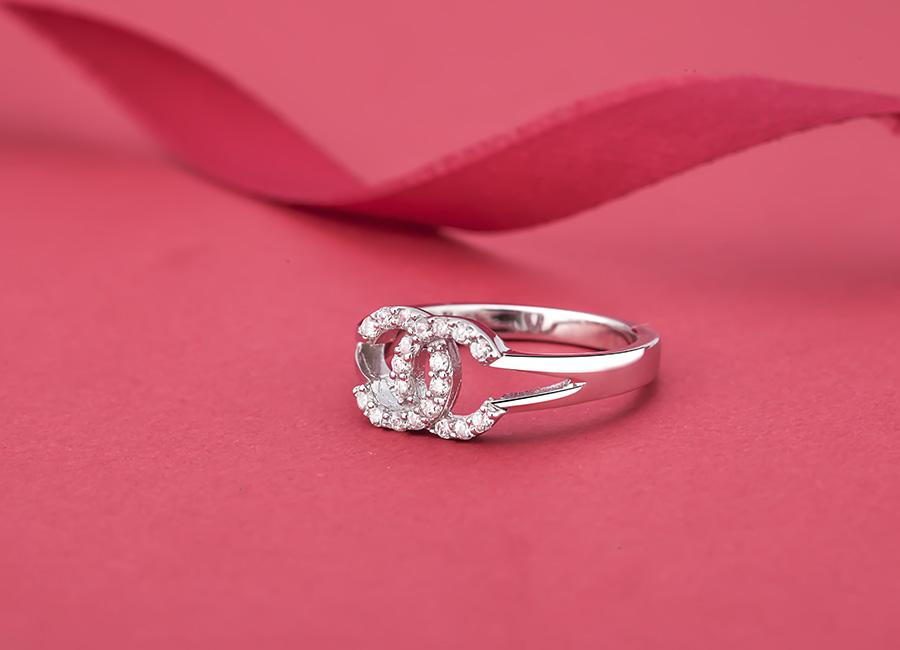 Chiếc nhẫn bạc mang phong cách thời thượng.