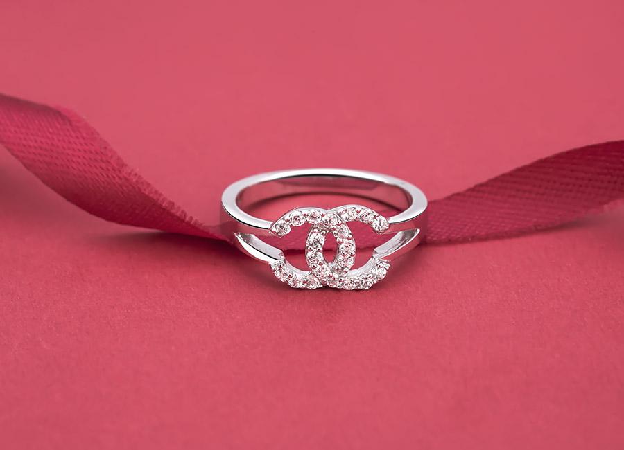 Mặt trước của chiếc nhẫn ấn tượng với chi tiết nạm đá.