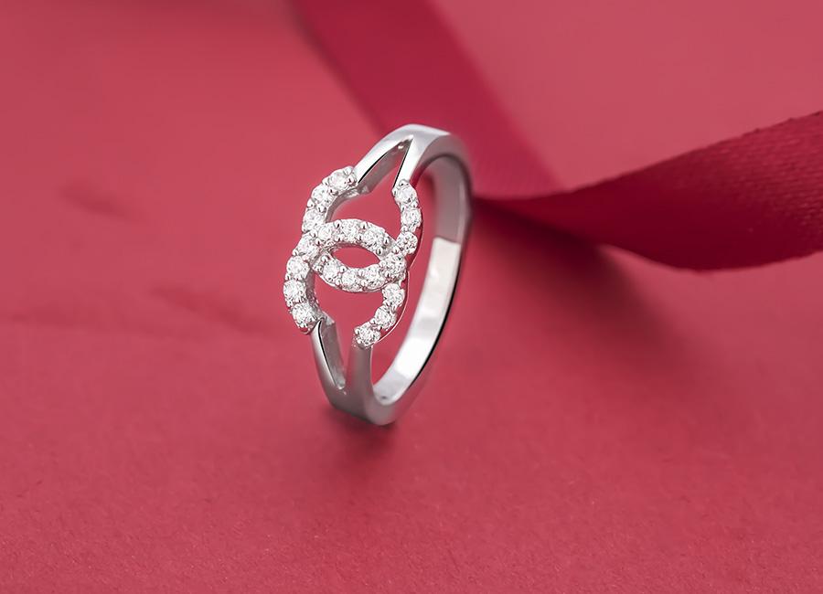 Chiếc nhẫn thời trang làm đẹp cho đôi tay.