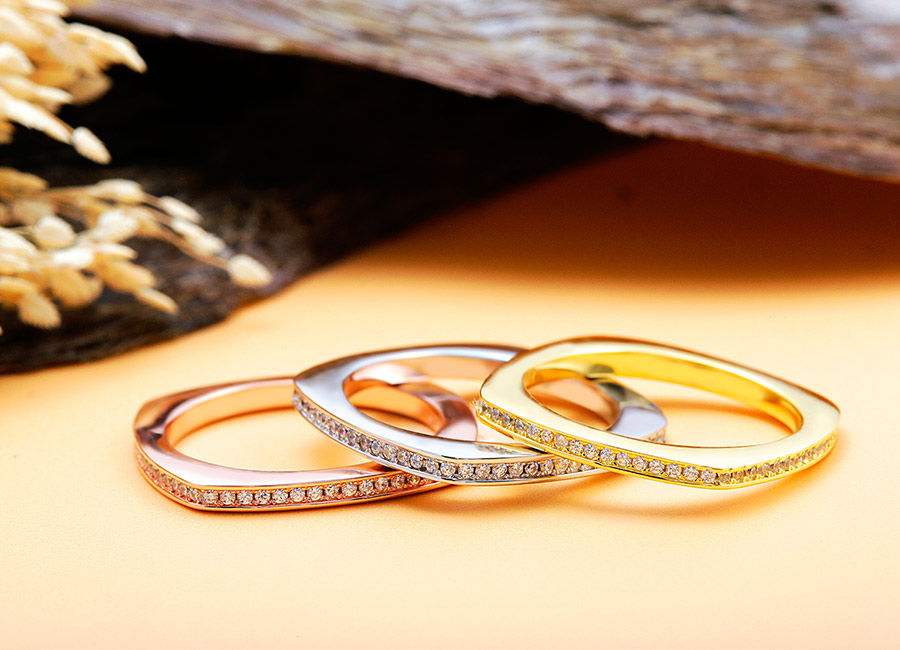 Những loại xi mạ mang đến màu sắc khác nhau cho chiếc nhẫn.