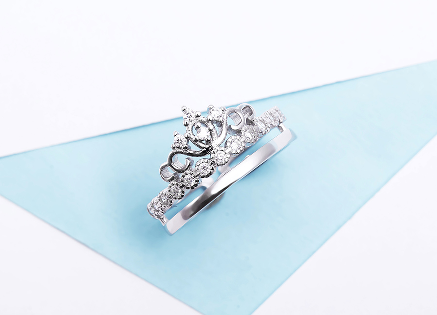 Nhẫn bạc Crown Of Queen giúp đôi tay đẹp, mềm mại hơn.