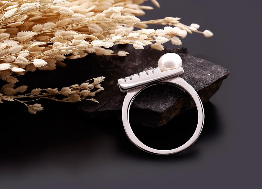 Cận cảnh chi tiết nổi bật nhất của chiếc nhẫn với viên đá ngọc trai kích thước lớn.
