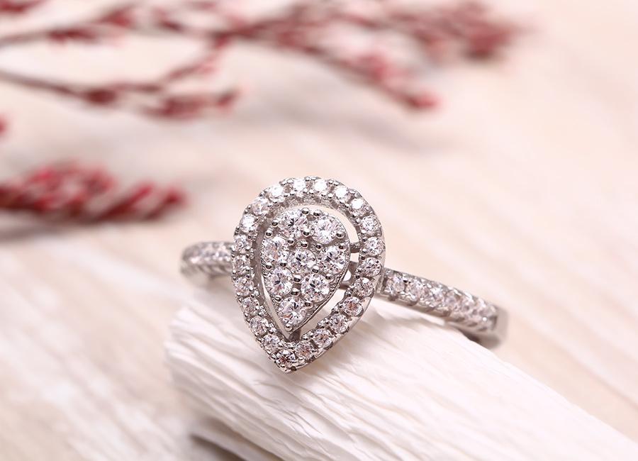 Mặt nhẫn điểm tô đầy lấp lánh.