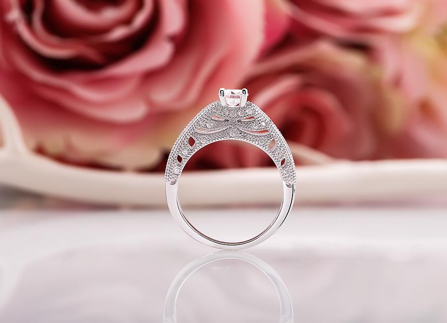 Chiếc nhẫn xinh xắn hấp dẫn bất cứ cô gái nào.