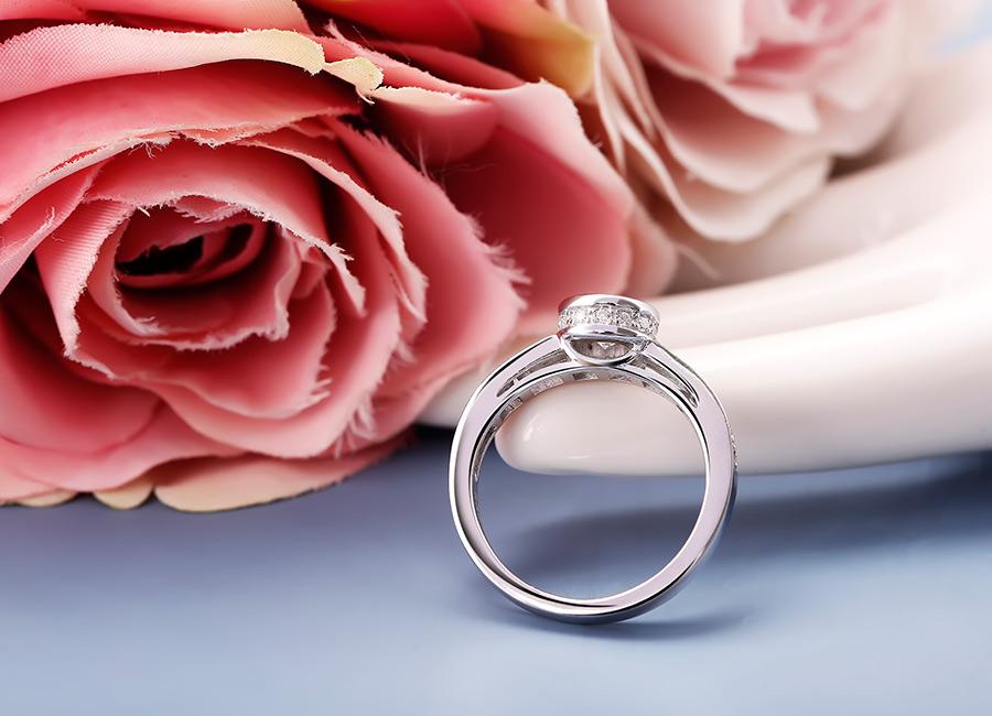 Thân nhẫn tròn trơn, ít họa tiết để đảm bảo dễ đeo.
