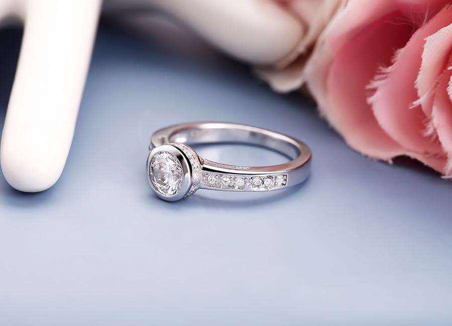 Khi nhìn trực diện, nhẫn bạc Homely gây ấn tượng mạnh, không hề nhàm chán.