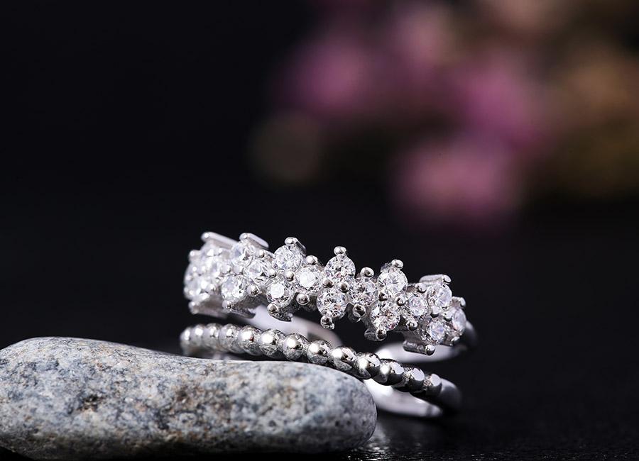Những viên đá CZ khi kết hợp với nhau làm nổi bật hơn phần mặt nhẫn.