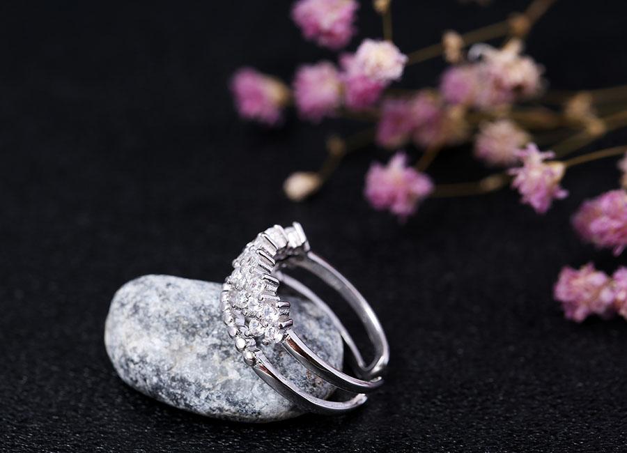 Chiếc nhẫn bạc thời thượng làm đẹp đôi tay bạn.