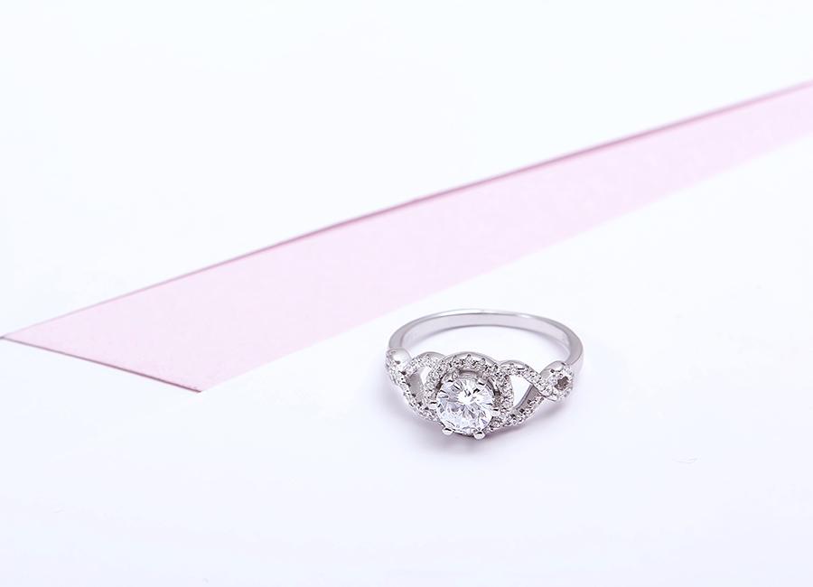 Mẫu nhẫn nạm đá mang sắc màu lấp lánh.