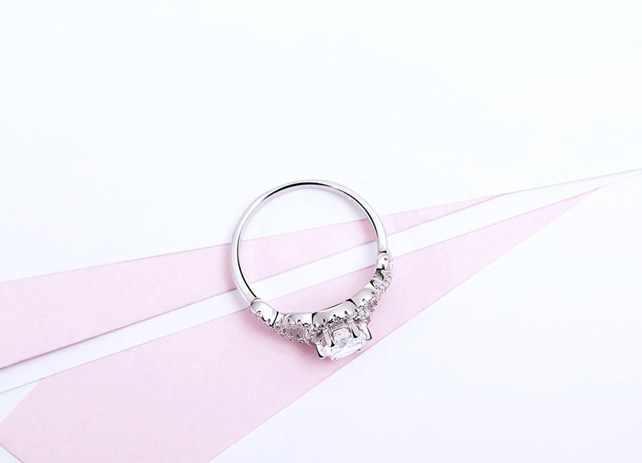 Thân nhẫn tròn nên vô cùng dễ đeo.