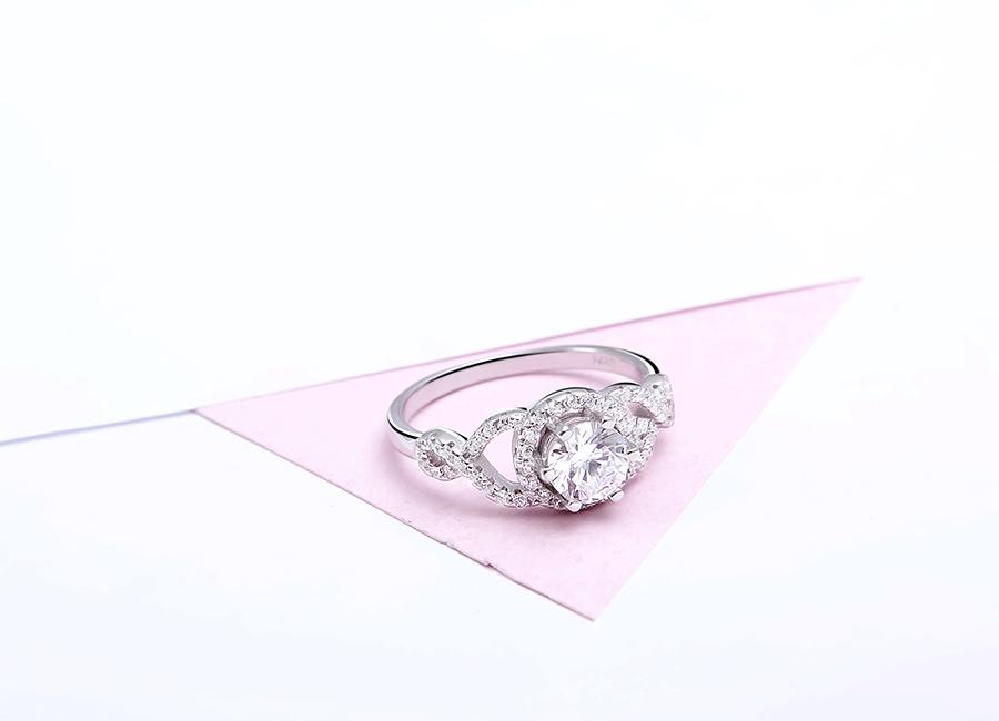 Nhẫn bạc Linnda Love làm đẹp đôi tay của bạn.