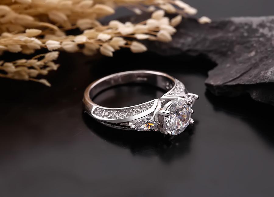 Chiếc nhẫn bạc tinh khôi với sắc màu của đá.