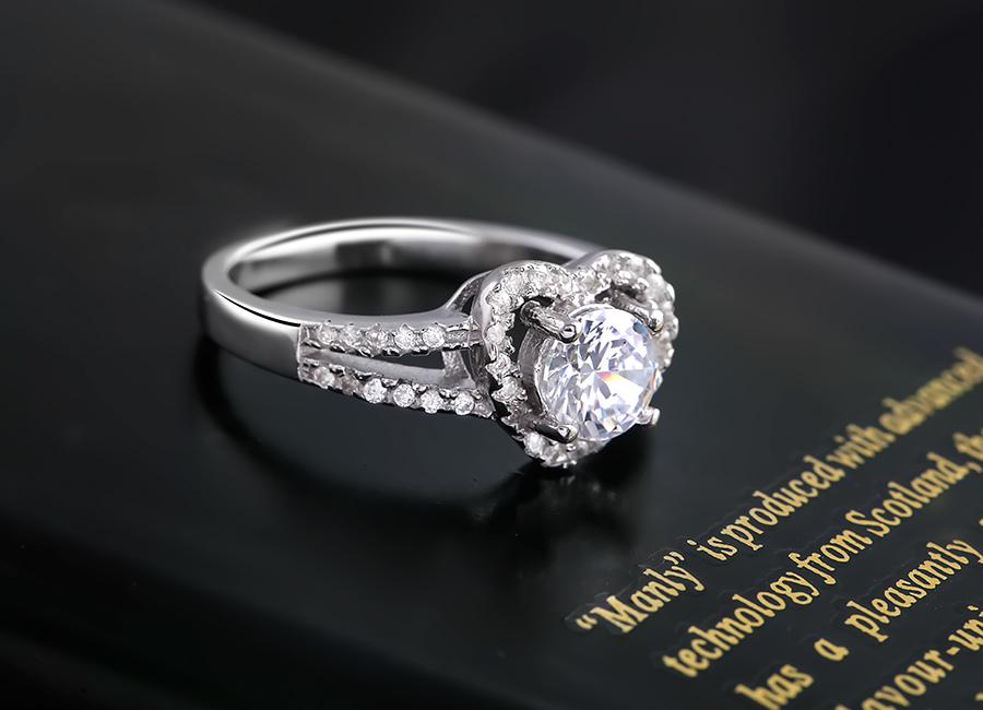 Chiếc nhẫn bạc tỏa sáng với tạo hình trái tim mềm mại.