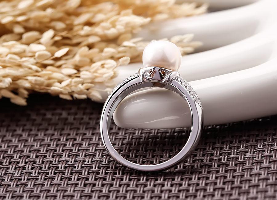 Chiếc nhẫn của Eropi mang vẻ đẹp cuốn hút lạ kỳ.