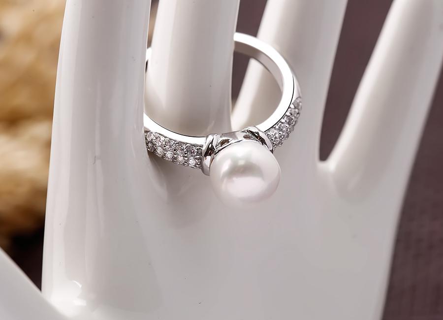 Nhẫn bạc ngọc trai Demeter Love thích hợp với phụ nữ hiện đại.