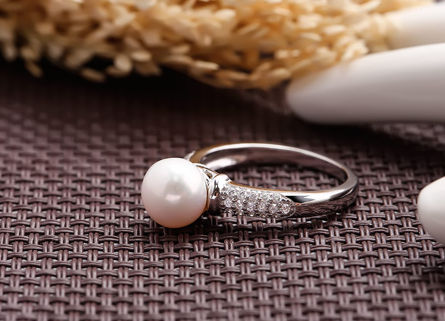 Chiếc nhẫn lấp lánh đầy cuốn hút.