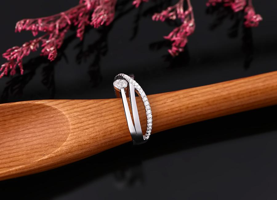Chiếc nhẫn bạc mang kiểu dáng mảnh mai, phù hợp với nhiều đôi tay cô gái.