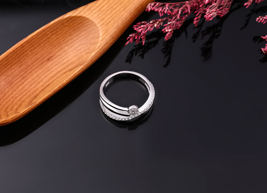 Chi tiết nạm đá giúp chiếc nhẫn trở nên long lanh hơn.