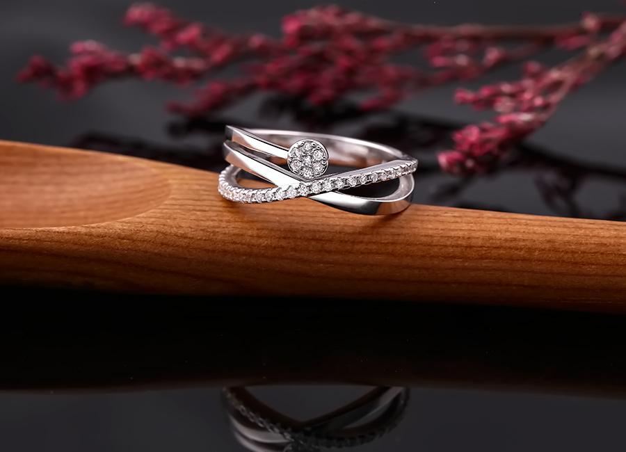 Chiếc nhẫn kiểu cách, thu hút ánh nhìn.