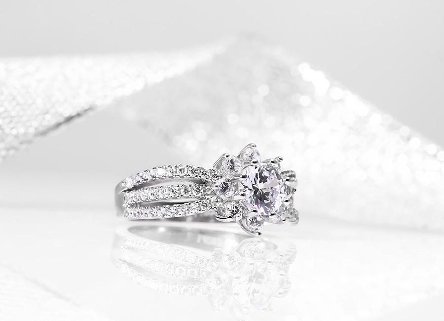 Mẫu nhẫn bạc tỏa ra sắc lấp lánh cuốn hút phái đẹp.