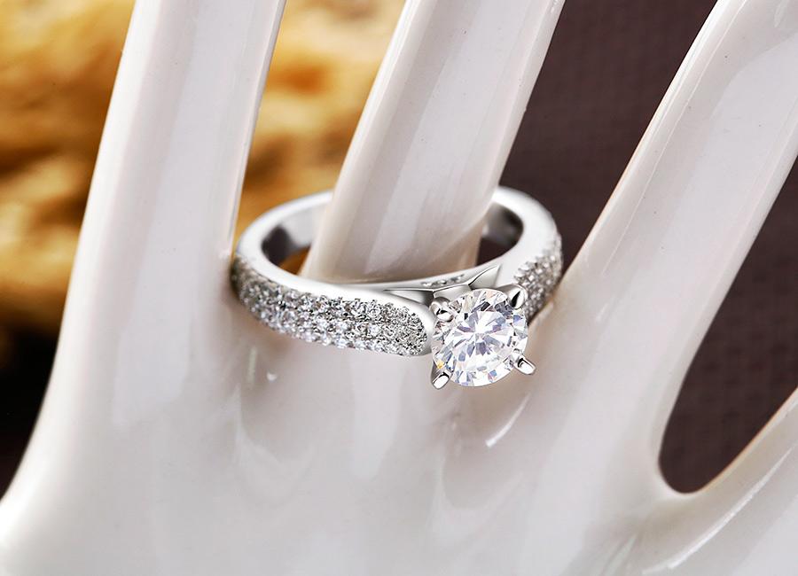 Mẫu nhẫn cho đôi tay bạn thêm phần rạng rỡ.