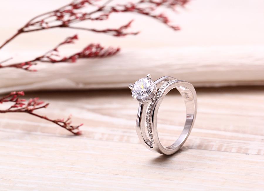 Nhẫn bạc Sunny nạm đá lấp lánh, lan tỏa sức sống tươi mới đến cho người đeo.