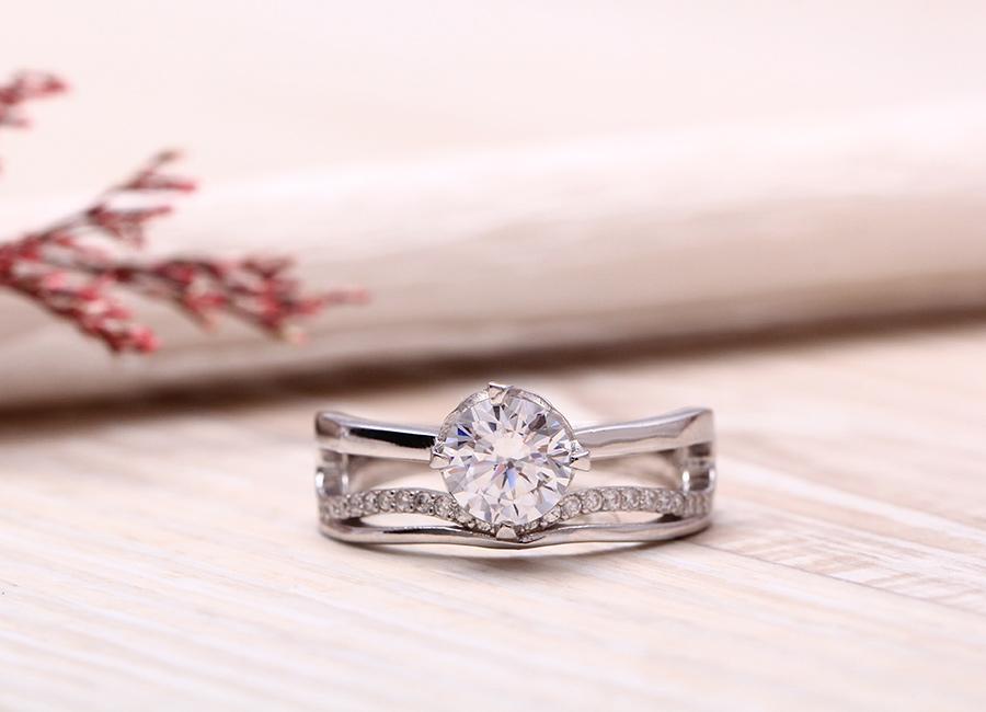 Cận cảnh vẻ đẹp mặt trước của chiếc nhẫn.