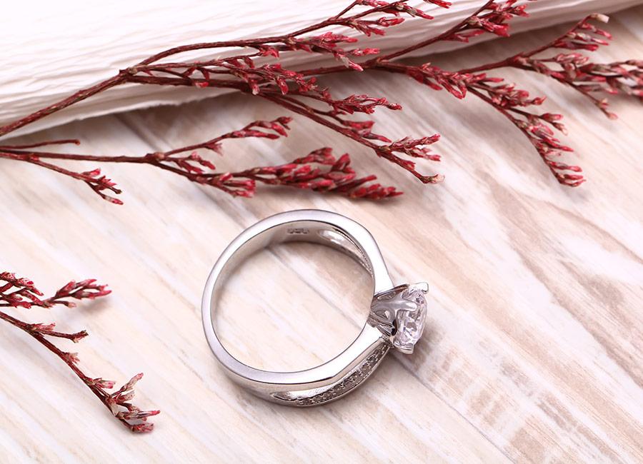 Chiếc nhẫn tỏa nắng lấp lánh đầy cuốn hút.