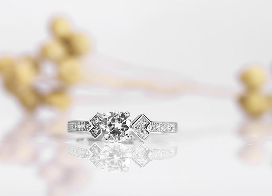 Vẻ đẹp nơi mặt nhẫn bạc đầy cuốn hút.