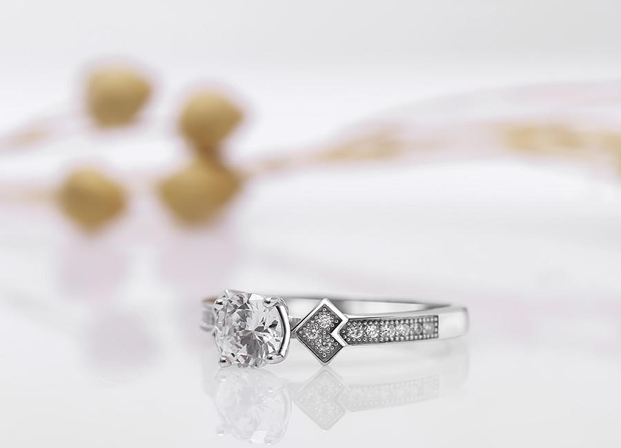 Vẻ đẹp hài hòa, ngọt ngào của chiếc nhẫn bạc.