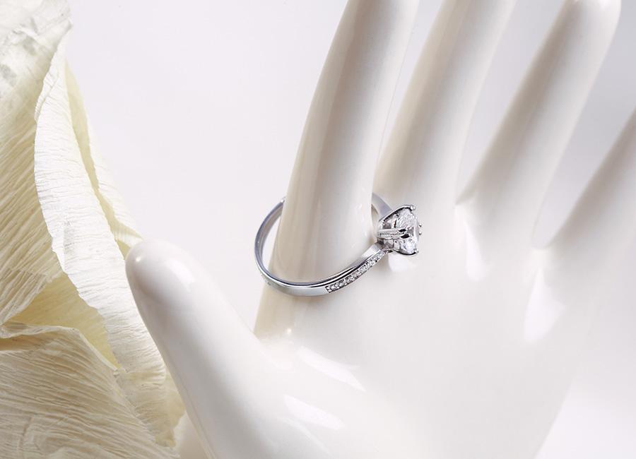 Chiếc nhẫn bạc mang thương hiệu Eropi làm đẹp đôi tay cô gái.