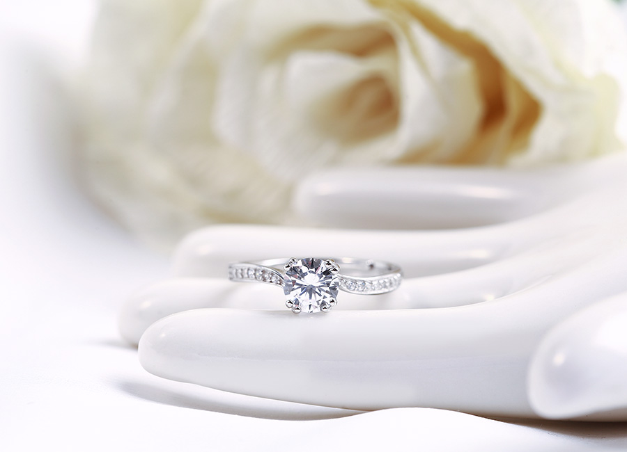 Thiết kế tinh tế, hấp dẫn bởi viên đá lớn nổi bật vùng mặt nhẫn.