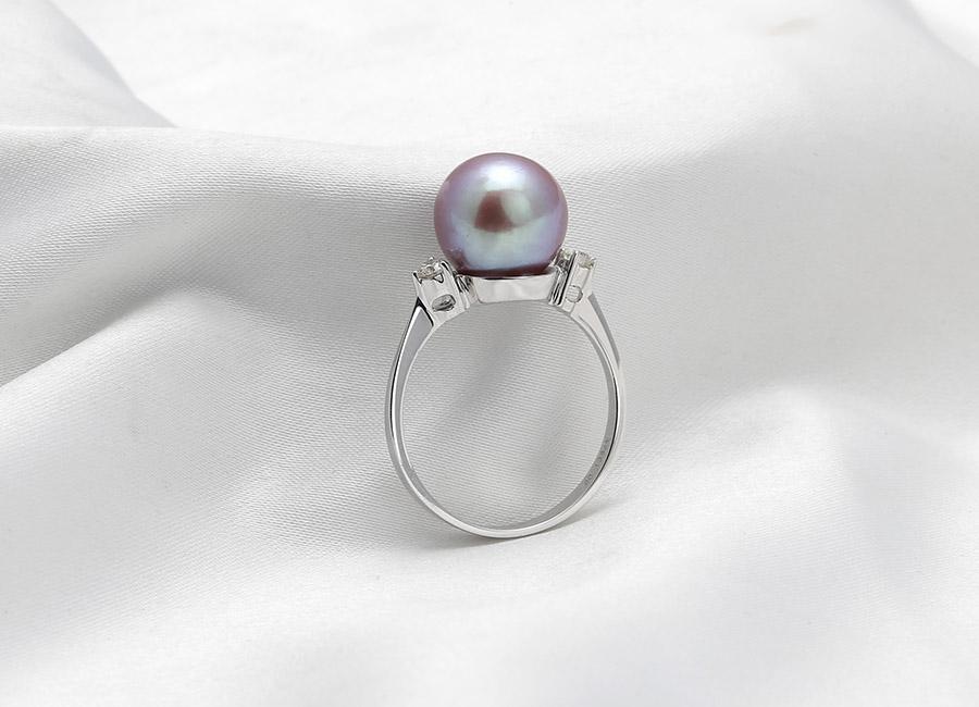 Nét hiện đại pha chút cá tính trong thiết kế của nhẫn vàng 18k Faerie Pearl.