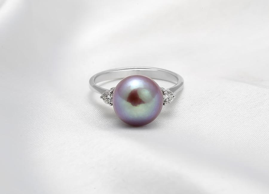 Nhìn từ mọi góc độ đều có thể thấy Faerie Pearl luôn có những nét đẹp riêng, hiện đại và tinh tế như được kết hợp hài hòa trong chiếc nhẫn đặc biệt này.