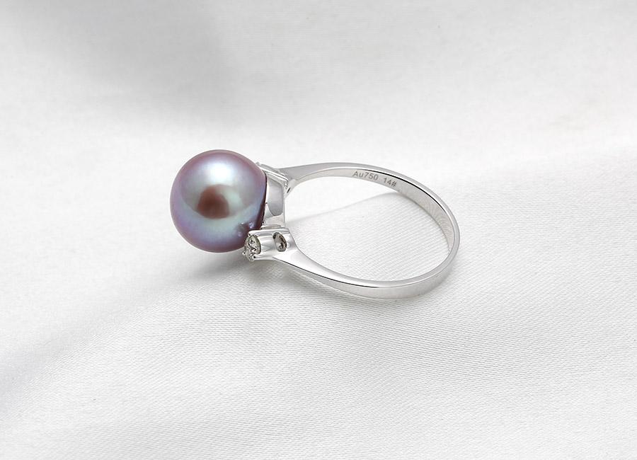 Với hai viên kim cương nhỏ xinh bên cạnh, viên ngọc trai như càng toát lên được hết vẻ đẹp cùng giá trị của riêng nó.