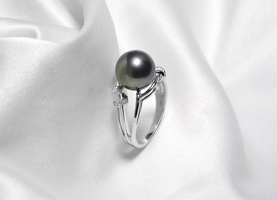 Những hạt kim cương nhỏ như vàng tô thêm vẻ long lanh của một trang sức nhẫn cao cấp khiến vạn người mê.