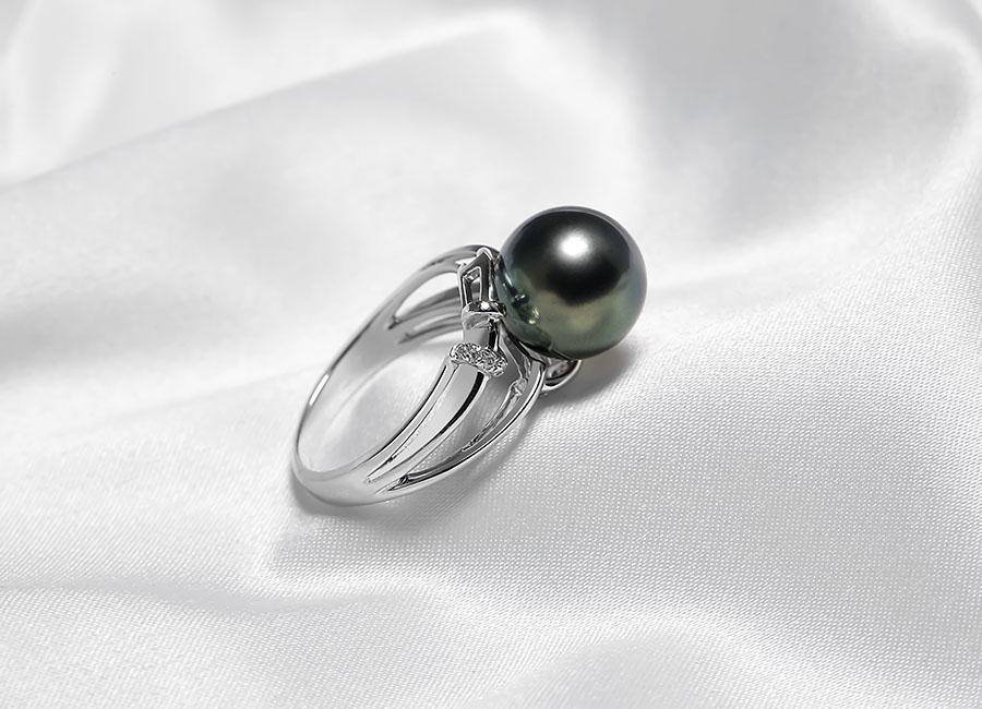 Mặt nhẫn chẻ làm hai đỡ lấy viên ngọc trai tạo nên một thiết kế độc đáo, đặc biệt có chất riêng.