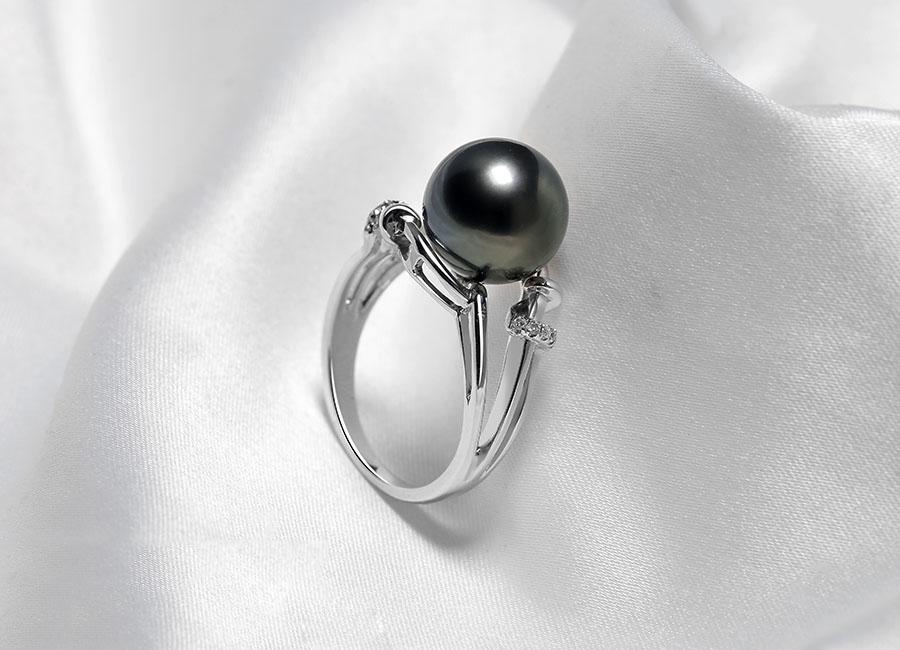Mặt nhẫn ngọc trai đem lại cho người khác cảm giác huyền bí và mê hoặc.