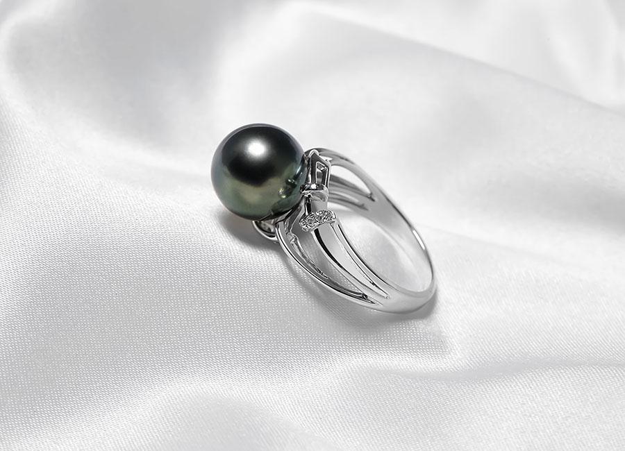 Nhẫn vàng 18k ngọc trai Deep Black luôn khẳng đinh vẻ đẹp cùng giá trị của nó.