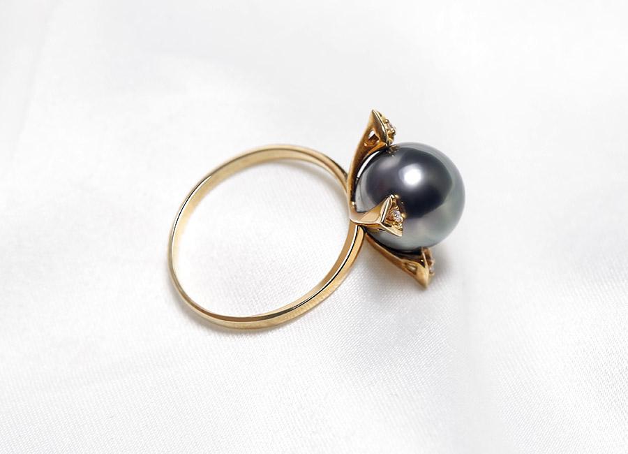 Khung nhẫn vàng 18k ngọc trai Mysterious Forle toát lên vẻ kiêu sa của nó.